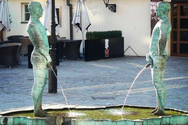 Статуя писающих мужчин в Праге